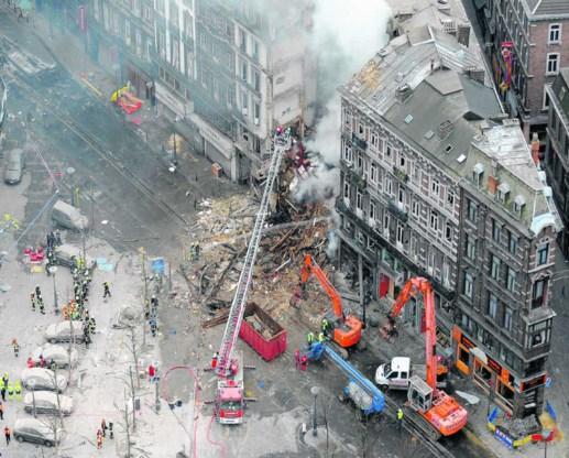 Brandweerlui zijn in de weer bij het puin van het ingestorte gebouw. De ontploffing eiste gisterennacht bij het ter perse gaan al zeven levens. De hulpdiensten blijven de hele nacht verder zoeken naar meer overlevenden of slachtoffers. belga<br>Lees verde