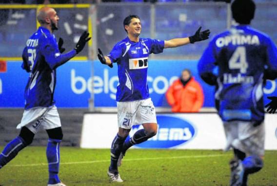 Met een doelpunt gaf Luigi Pieroni (m.) in zijn eerste match voor AA Gent meteen zijn visitekaartje af. photo news