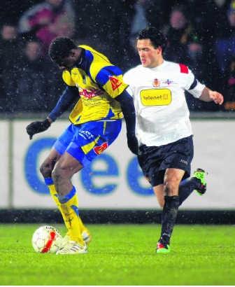 Momodou Ceesay (l.) in duel met Koen Persoons.belga