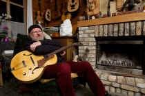 'Ik leef in een oud krot van een huis waar ik alleen een houtkachel heb... Is dat niet rijk zijn?' Kurt Desplenter