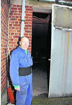 Hugo Moortgat bij zijn garage, waaruit de dief twee keer de Volkswagen Polo stal. Pierre Van Rossem