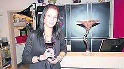 Lindsay Deblieck steekt per verkocht glas wijn 50 cent in een spaarpot voor Haïti. Mark Maes