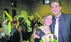 Lieselotte en Stijn met op de achtergrond groene wimpels: het eerste huwelijk in 't Torreke. avr