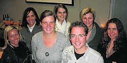 Het aids-project van Nele (derde van links) en Wim kan rekenen op de steun van studenten Ilse, Ann, Aagje, Conny en Christel. if