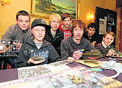 De 14-jarige Sander Van de Keere (met pet) is één van de jongeren die het heel goed kunnen vinden bij Modelbouwvereniging Eeklo. Michel Moens