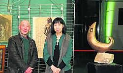 Jiang Jia Sheng (links) en Yan ShuFen stellen hun werk tentoon in De Witte Merel.lvl