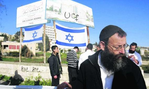Ultraorthodoxe joden haalden gisteren in Sheikh Jarrah (Jeruzalem) vlaggen boven als protest tegen linkse joden en Palestijnen. Die laatste komen op straat omdat ze uit hun huizen worden gezet door de Israëlische politie. afp