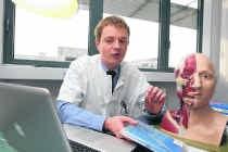 Filip Stillaert: 'De patiënte stelt het goed. Ze ademt normaal door haar neus en heeft ook haar reukzin terug.' Frederiek Vande Velde
