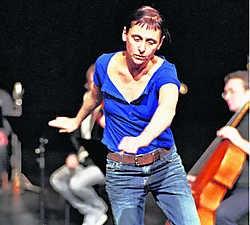 Voor '3Abschied' staat Anne Teresa De Keersmaeker zelf nog eens op scène, als enige danseres tussen muzikanten. Herman Sorgeloos