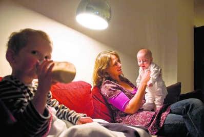 Deeltijds werken om voor de kinderen te zorgen: alleen vrouwen doen het.Roel Burgler