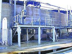 Het vuur is ontstaan in een ruimte met chemische producten en een stookolietank. ram