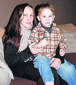 Nadia Mommens en zoontje Haritzio met de sleutel van de badkamer. Die hangt voortaan op in de keuken. Peter Dirix