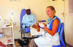 Joke Meheus bij een van haar patiënten in Dakar. mma