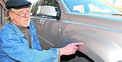 Luc Van Gheluwe toont de krassen die het voorbije weekend in de flank van zijn jeep werden gekerfd: 'Zag iemand iets verdachts?' pdv