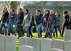 De leerlingen wandelen zingend op de begraafplaats Lyssenthoek. Paul De Malsche