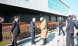 Gouverneur André Denys en burgemeester Filip Anthuenis ontvingen de koning in Lokeren. jdl