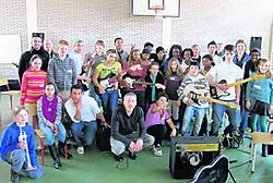 25 leerlingen van het Leonardo Lyceum, uit alle hoeken van de wereld, repeteren dezer dagen vol enthousiasme onder leiding van de Londense dirigent Paul Griffiths.wro