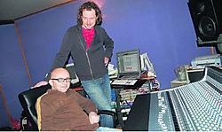 De tandem Dirk Miers (zittend) en producer Jeroen Swinnen blikten op slechts drie dagen het Eurosong-nummer van Tom Dice in. rds