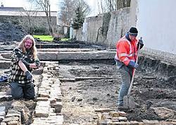De archeologen onderzoeken de plek waar zich vroeger de Fiorettizaal bevond. kvc