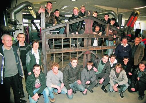 De leerlingen van Don Bosco Haacht bij hun hek van 1.800 kilogram.Koen Merens