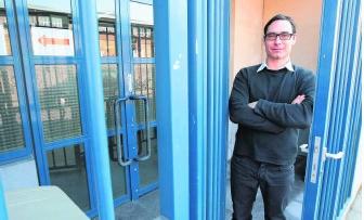 Pieter De Wilde, aan de schoolpoort van 'zijn' Atheneum Wispelberg: 'Het is niet eenvoudig om scholen helemaal te beveiligen.'fvv