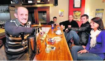 Cafébaas Marc Taelman (links) vraagt zich af of zijn klanten na het rookverbod wel zullen blijven. vcb