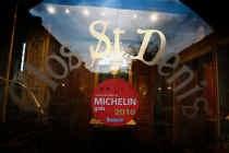 Op 5 april gaat restaurant Clos St.-Denis dicht en verdwijnt de afbeelding van Michelin. De decoratie en het zaalmateriaal worden op 7, 8 en 9 mei verkocht. yj