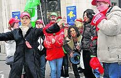 Personeelsleden en vakbondsmilitanten blokkeren de toegangspoorten tot de fabriek. <br>Herman Ricour