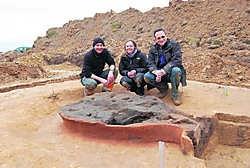 Archeologen Kristine Magerman (centraal) en Bernard Van Couwenberghe (rechts) met arbeider Mohammed Elyoubi Zagmoute bij de nieuwste vondst uit het Romeinse verleden van Asse. rds