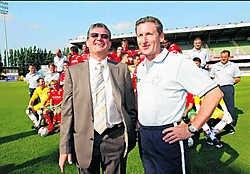 Voorzitter Willy Naessens (links), hier samen met trainer Francky Dury, is blij met de steun. 'Dit is een mooie reserve.' Photo News