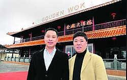 Mede-eigenaars Zou en Wu kunnen hun wokrestaurant al een succes noemen.Luc Verstraeten