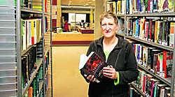 Bibliothecaris Eveline Schacht ontvangt meer lezers. kms