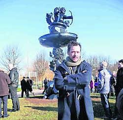 Stief Desmet, bij zijn beeld in Waregem. Daisy Gelaude