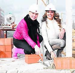 Cara Van der Auwera en Veronique De Kock presenteren het programma Huizenjacht. nnh