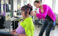 Jill Jennes neemt het haar van model Elise De Jonge onder handen. Inge Bosschaerts
