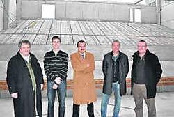 Het stadsbestuur toont de grote toneelzaal die 550 zitjes telt. pli