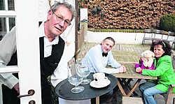 Oswald Versyp (links) kruipt in de huid van kelner Firmin. Hij krijgt daarbij 'ondersteuning' van zijn vrouw Nele Dewaele en van Patrick De Bouw.fvv