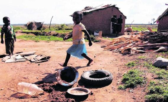 Straatkinderen spelen tussen het afval in Epworth, een buitenwijk van Harare. Philemon Bulawayo/reuters