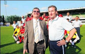 Voorzitter Willy Naessens, hier samen met trainer Francky Dury, is blij met de steun. 'Dit is een mooie reserve.'Photo News