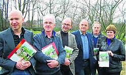 De auteurs en fotografen van 'De Japanse tuin in Hasselt'. rgg