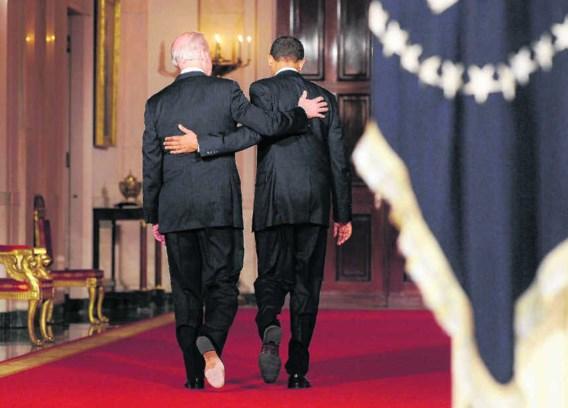 President Barack Obama stapt weg met zijn vicepresident Joe Biden (l.), nadat hij in het Witte Huis zijn blijdschap heeft uitgesproken over de goedkeuring van zijn zorgwet. Shawn Thew/epa