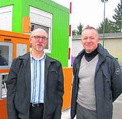 Schepen Herman Vander Voorde en raadslid Walter Vansteenkiste: 'Eindelijk kunnen we het nieuwe containerpark in gebruik nemen.' Koen Merens