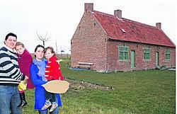 Frank Surdiacourt met dochter Juulke en Mieke Walraevens met zoontje Arthur restaureren al vier jaar hun boerenwoning. edp