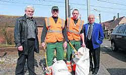 Schepen Leonce Nachtergaele (rechts) verwelkomt samen met collega Eric Spitaels de nieuwe zwerfvuilwerkers. Eddy Vuylsteke
