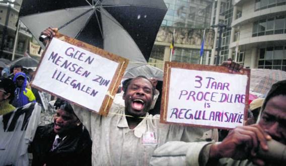 December 2008: betogers eisen de uitvoering van het regeerakkoord rond de regularisatie van mensen zonder papieren. Vandaag rommelt het bij de Dienst Vreemdelingenzaken, waar de dossiers worden behandeld.Eric de Mildt
