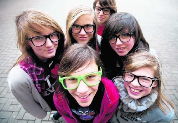 (met de klok mee, vanaf de groene bril) Lotte, Eline, Alex, Cassandra, Sophie en Liese. 'Nerdbrillen zijn gewoon leuk om te dragen.'Lisa Van Damme