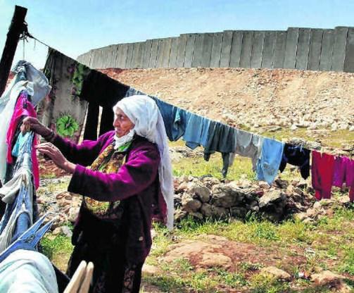 Duizenden Westoever-Palestijnen, zoals deze vrouw in Hizma, riskeren uitgewezen te worden.Muhammed Muheisen/ap