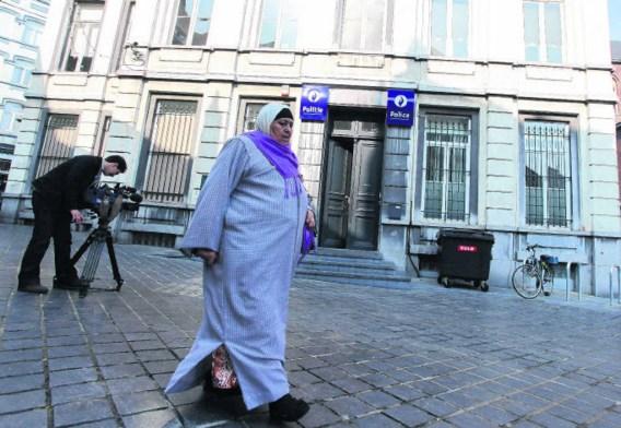 De rellen in Sint-Gillis begonnen met een aanval op het plaatselijke politiecommissariaat en een patrouillewagen.Julien Warnand/belga