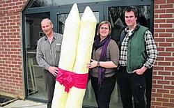 Toon Lavrijsen samen met Sofie Maris en Luc Lavrijsen van de Aspergehoeve. Paul Pans