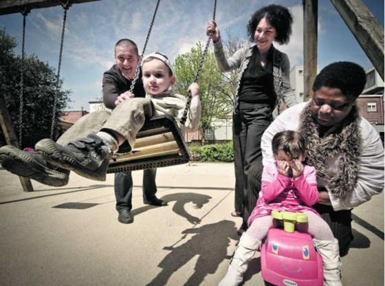 Dave, Emma en Véronique in actie met de kinderen in De Speelvijver.Jimmy Kets